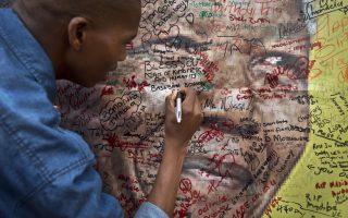 Νεαρός γράφει μια ευχή του για την υγεία του Νέλσον Μαντέλα έξω απ' το σπίτι του, λίγο πριν πεθάνει το 2013. Στις επιστολές προς τη σύζυγό του Γουίνι φαίνεται η προσπάθεια του Μαντέλα να κρατήσει ενωμένη την οικογένειά του.
