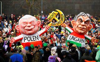 Ομοιώματα του πρώην πρωθυπουργού της Πολωνίας Γιάροσλαβ Κατσίνσκι και του Ούγγρου πρωθυπουργού Βίκτορ Ορμπαν ως δικτατόρων. Σημάδια παλινδρόμησης του αυταρχισμού και του εθνικολαϊκισμού περιγράφει ο Κέιγκαν στο βιβλίο του.