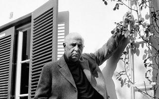 Ο Γιώργος Σεφέρης στο σπίτι του στο Μετς, το 1970.