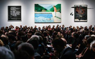Το έργο «Το πορτρέτο ενός καλλιτέχνη» του Ντέιβιντ Χόκνεϊ εκτίθεται κατά τη διάρκεια της δημοπρασίας από τον οίκο Christie's.
