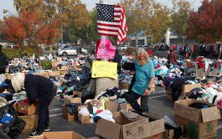 Ανθρωποι επισκέπτονται τοποθεσία δωρεάς ενδυμάτων για τα θύματα της πυρκαγιάς στην Καλιφόρνια.