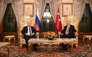 Σημαντικός ενεργειακός κόμβος καθίσταται η Τουρκία χάρη στον αγωγό μεταφοράς ρωσικού φυσικού αερίου TurkStream, τόνισε ο Βλαντιμίρ Πούτιν στην πανηγυρική εκδήλωση για την ολοκλήρωση του υποθαλάσσιου τμήματος του αγωγού, που πραγματοποιήθηκε χθες στην Κωνσταντινούπολη. Στη φωτογραφία, στιγμιότυπο από τη συνάντηση του Ρώσου προέδρου με τον Τούρκο ομόλογό του, Ταγίπ Ερντογάν.