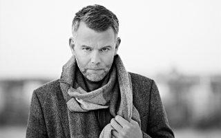 Ο Σουηδός συγγραφέας καταδύεται στον ψυχισμό του ήρωά του και μέσω της αστυνομικής πλοκής μιλάει για την ψυχική και σωματική βία, τη σκληρότητα των κοινωνιών, τους παράγοντες που οδηγούν στο «ξύπνημα» του κακού.