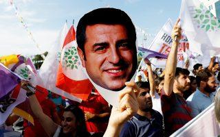 Οπαδός του φιλοκουρδικού κόμματος HDP υψώνει μάσκα που απεικονίζει τον Ντεμιρτάς, σε διαδήλωση, στην Αγκυρα, τον περασμένο Ιούνιο.