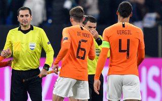 Ο Οβίντιου Χάντεγκαν (μέση), διαιτητής της αναμέτρησης Γερμανίας - Ολλανδίας, ξεσπά σε λυγμούς μετά τη λήξη, έχοντας πληροφορηθεί ότι η μητέρα του απεβίωσε. Ο Φαν Ντάικ (4) έσπευσε να τον αγκαλιάσει και να τον συλλυπηθεί, σε μια ανθρώπινη στιγμή του ποδοσφαίρου.