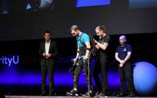 Το Διαδίκτυο των Πραγμάτων (ΙοΤ) επιτρέπει τη διασύνδεση συσκευών όπως ο εικονιζόμενος εξωσκελετός, ο οποίος βοηθάει παραπληγικούς να ανακτήσουν την κινητικότητά τους.