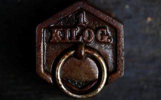 Το μεταλλικό κιλό σε προθήκη μουσείου του Σοσέ-λα-Καμπάν της Γαλλίας.