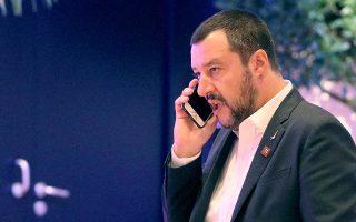 «Η Ιταλία δεν είναι έθνος πωλητών χαλιών ή ζητιάνων. Ο Μοσκοβισί εξακολουθεί να προσβάλλει την Ιταλία, αλλά ο μισθός του πληρώνεται και από τους Ιταλούς. Αρκετά. Η υπομονή μας έχει εξαντληθεί», δήλωσε χθες ο Ματέο Σαλβίνι (φωτ.). Νωρίτερα ο επίτροπος Οικονομικών Υποθέσεων Πιερ Μοσκοβισί είχε δηλώσει πως δεν σκοπεύει να αρχίσει διαπραγματεύσεις με τη Ρώμη για τον προϋπολογισμό του 2019, λες και βρίσκεται σε κάποιο «παζάρι χαλιών».