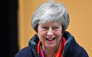 Η Τερέζα Μέι αποχωρεί από το κτίριο του BBC, όπου παραχώρησε συνέντευξη για το Brexit.