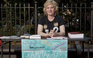 Η Ελεν Τζόβιν στο Απερ Ουέστ Σάιντ. Με τον πλανόδιο πάγκο της χαίρεται την καθημερινή επικοινωνία με τους λάτρεις της γλώσσας.