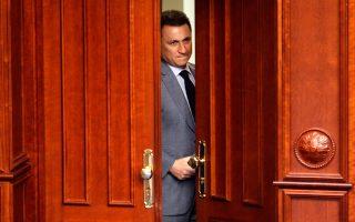Φωτογραφία αρχείου, με τον Γκρούεφσκι να κοιτάει πίσω από μια μισόκλειστη πόρτα στο Κοινοβούλιο των Σκοπίων.