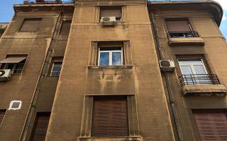 Πολυκατοικία της δεκαετίας του '30 με ιδιαίτερη αστική αισθητική, γωνία Πατησίων και Θήρας.