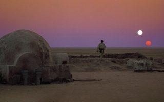 Ο αμμώδης πλανήτης Τατουίν, στον «Πόλεμο των Αστρων» (1977), βρίσκεται σε ένα διπλό αστρικό σύστημα, δηλαδή περιστρέφεται γύρω από δύο ήλιους. Στο έβδομο κεφάλαιο του βιβλίου «Η Κληρονομιά του Κοπέρνικου», ο Κέιλεμπ Σαρφ αναρωτιέται: Κι αν η Γη είχε και αυτή δύο ήλιους αντί για έναν;