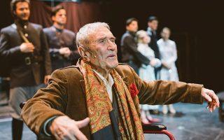 Στη μόνη στιγμή που η ζωή επιβάλλεται στο θέατρο, ο ηλικιωμένος Γιάννης Βογιατζής εξομολογείται στους θεατές: «Ο μόνος τρόπος για να μην πεθάνω είναι να βρίσκομαι στη σκηνή. Αυτή μου δίνει ζωή».