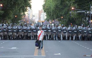 Ο τελικός των «αιωνίων» της Αργεντινής μετέτρεψε το Μπουένος Αϊρες σε εμπόλεμη ζώνη. Πλέον, οι ιθύνοντες αναμένεται να στείλουν τον αγώνα εκτός της χώρας, με την απόφαση να αναμένεται σήμερα και υποψήφιες πόλεις το Μαϊάμι και το Αμπου Ντάμπι.