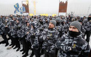 Ουκρανοί εθνικιστές μπροστά από το προεδρικό μέγαρο στο Κίεβο.