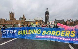 «Σταματήστε να φτιάχνετε σύνορα», αναγράφει το πανό στη διάρκεια διαδήλωσης των υπέρμαχων του «μαλακού» Brexit.