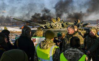 Σε υψηλά επίπεδα παραμένει η ένταση μεταξύ Κιέβου και Μόσχας, στον απόηχο του σοβαρού ναυτικού επεισοδίου στα ανοιχτά της Κριμαίας. Η Ρωσία ανακοίνωσε ότι θα τοποθετήσει τελευταίας γενιάς πυραύλους S-400 στη χερσόνησο, ενώ η ουκρανική κυβέρνηση επέβαλε στρατιωτικό νόμο στις παραμεθόριες περιοχές. Στη φωτογραφία, ο Ουκρανός πρόεδρος Πέτρο Ποροσένκο επιθεωρεί στρατόπεδο εκπαίδευσης.