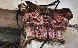 Κεραμικό επίκρανο με γρύπες σε εγκαταλελειμμένο νεοκλασικό σπίτι της Ναυπάκτου.