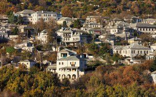 Πέτρινα σπίτια ζαγορίτικης αρχιτεκτονικής και πλούσια φύση: η μαγική συνταγή του Ζαγορίου. (Φωτογραφία: ΓΙΩΡΓΟΣ ΤΣΑΦΟΣ)