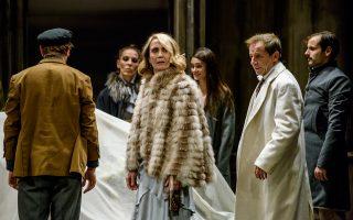 Η Θέμις Μπαζάκα ως Λιούμπα προσφέρει μια λεπτεπίλεπτη ερμηνεία. Ετερος πόλος της παράστασης, ο Δημήτρης Λιγνάδης (τρίτος από αριστερά), έξοχος στον ρόλο του νεόπλουτου Λοπάχιν.