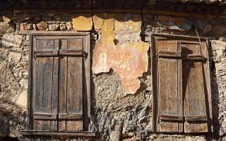 Στην οδό Βάκχου, στην Πλάκα, σε κοντινή ακτίνα από το Θέατρο του Διονύσου, επιζεί ένα μικρό σπίτι.