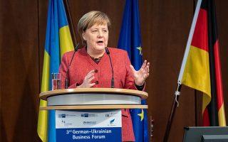 Η Αγκελα Μέρκελ στο βήμα γερμανο-ουκρανικού επιχειρηματικού φόρουμ, στο Βερολίνο.
