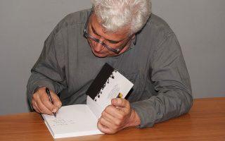 Ο Δημ. Χαντζόπουλος υπογράφει ένα από τα βιβλία της Πάπισσας.