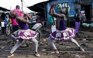 Από τι φτιάχνονται τα όνειρα; Από αστερόσκονη θα σου απαντήσουν τα δυο κορίτσια και δεκάδες άλλα σαν και αυτά, ακόμη και αν τα πόδια σου πατάνε σε σκουπίδια. Στην παραγκούπολη της Κibera στο Ναϊρόμπι έδωσαν παράσταση χορού οι μαθητές που συμμετέχουν στο  πρόγραμμα  Elimu (που στα σουαχίλι σημαίνει εκπαίδευση) που έχει σκοπό να  παρέχει δωρεάν παιδεία και υποστήριξη σε μη προνομιούχα παιδιά και ορφανά των παραγκουπόλεων.  EPA/Daniel Irungu