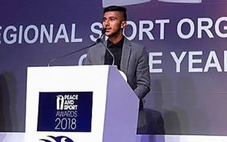 Ο 20χρονος Αφγανός Mohammad Reza Hosseini είναι ένας εκ των δύο αρχηγών τής πολλά υποσχόμενης ομάδας ποδοσφαίρου «Hope Refugee».
