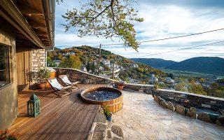 Διακριτική πολυτέλεια, με θέα στον οικισμό των Άνω Πεδινών, στο Primoula Country Hotel & Spa.