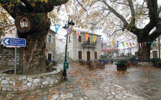 Σήμα κατατεθέν του Κοσμά, του ορεινού αρκαδικού χωριού, είναι η πετρόχτιστη πλατεία.(Φωτογραφία: ΜΠΑΜΠΗΣ ΓΚΙΡΙΤΖΙΩΤΗΣ)
