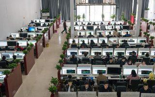 Αίθουσα στην οποία εργάζονται νεαροί Κινέζοι γνωστοί ως «τάγκερς».
