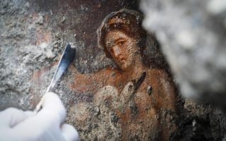 epaselect epa07176901 An archelogist works on the fresco ''Leda e il cigno'' (Leda and the swan) recently discovered in the Regio V archeological area in Pompeii, Naples district, Italy, 19 November 2018.  EPA/CESARE ABBATE