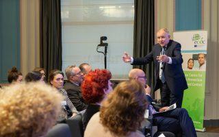 Ο επίτροπος Υγείας και Ασφάλειας Τροφίμων, Βιτένις Αντριουκάιτις, στην κατάμεστη αίθουσα του Διεθνούς Κέντρου Τύπου του Residence Palace.