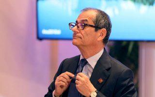 Ο υπουργός Οικονομικών της Ιταλίας Τζοβάνι Τρία βρίσκεται σε δύσκολη θέση. Την Τετάρτη αναμένεται να δώσει η Κομισιόν το εναρκτήριο λάκτισμα για τη διαδικασία υπερβολικού ελλείμματος κατά της Ιταλίας.