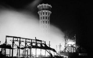 Το Κρυστάλλινο Παλάτι του Λονδίνου (Crystal Palace), το εμβληματικό γυάλινο κτίριο της βικτωριανής εποχής, που φιλοξένησε την περίφημη Μεγάλη Έκθεση του 1851, καταστρέφεται ολοσχερώς από μία μεγάλη πυρκαγιά, η έντονη λάμψη της οποίας ήταν ορατή σε οκτώ βρετανικές κομητείες, το 1936. (AP Photo)