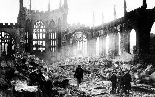 Ο καθεδρικός ναός του Αρχάγγελου Μιχαήλ, σπουδαίο δημιούργημα της εκκλησιαστικής αρχιτεκτονικής του 14ου αιώνα, έχει καταστραφεί σχεδόν ολοσχερώς από τους σφοδρούς βομβαρδισμούς της γερμανικής πολεμικής αεροπορίας, στο Κόβεντρι, το 1940. Ο βομβαρδισμός της Λουφτβάφε το δίημερο 14-15 Νοεμβρίου ήταν ο πιο καταστροφικός που βίωσε η βρετανική πόλη των Δυτικών Μίντλαντς καθ' όλη τη διάρκεια του «Blitz», της επιχείρησης αδιάκοπων και συστηματικών βομβαρδισμών της Βρετανίας από το Τρίτο Ράιχ την περίοδο Σεπτεμβρίου 1940 - Μαΐου 1941. (AP Photo)