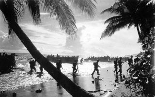 Αμερικανοί στρατιώτες του 160ου συντάγματος πεζικού αποβιβάζονται από ένα σκάφος στις ακτές του Γκουανταλκανάλ, στις Νήσους του Σολομώντα, στο πλαίσιο εκπαίδευσης σε αμφίβιες επιχειρήσεις, κατά τον Β' Παγκόσμιο Πόλεμο, το 1942. (AP Photo)