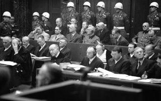 Ξεκινάει στη γερμανική πόλη της Νυρεμβέργης η δίκη των εγκληματιών πολέμου του Τρίτου Ράιχ από το Διεθνές Στρατιωτικό Δικαστήριο των Συμμάχων (ΗΠΑ, ΕΣΣΔ, Μεγάλη Βρετανία), με κατηγορούμενους 24 πολιτικούς και στρατιωτικούς ηγέτες της Ναζιστικής Γερμανίας, το 1945. Στη φωτογραφία διακρίνονται ο υπουργός Αεροπορίας και «Αντικαγκελάριος του Γερμανικού Ράιχ», Χέρμαν Γκέρινγκ, το κορυφαίο στέλεχος του Εθνικοσοσιαλιστικού Κόμματος, Ρουντολφ Ες, ο υπουργός Εξωτερικών Γιόαχιμ φον Ρίμπεντροπ και ο υπουργός Άμυνας Βίλχελμ Καιτέλ. (AP Photo/B.I. Sanders)