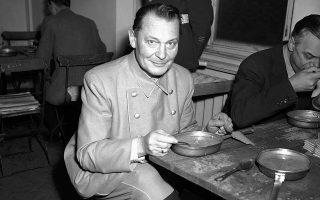 O πρώην αρχηγός της πολεμικής αεροπορίας του Τρίτου Ράιχ, Χέρμαν Γκέρινγκ, γευματίζει κατά τη διάρκεια της δίκης της Νυρεμβέργης, το 1945. (AP Photo/Sanders)