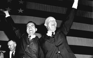 Ο 34ος πρόεδρος των Ηνωμένων Πολιτείων και ανώτατος διοικητής των συμμαχικών δυνάμεων κατά την απόβαση της Νορμανδίας, Ντουάιτ Αϊζενχάουερ, πανηγυρίζει την παραμονή του στο προεδρικό αξίωμα μαζί με τον αντίπροεδρο του και μετέπειτα Αμερικανό πρόεδρο Ρίτσαρντ Νίξον, μετά την εκλογική επικράτηση του επί του Δημοκρατικού αντιπάλου του, Αντλάι Στίβενσον, στα κεντρικά γραφεία του Ρεπουμπλικανικού Κόμματος, στην Ουάσιγκτον, το 1956. (AP Photo)