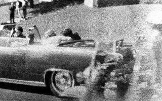 O χτυπημένος από τρεις σφαίρες Αμερικανός πρόεδρος Τζον Φιτζέραλντ Κένεντι «βυθίζεται» στην αγκαλιά της συζύγου του, πρώτης κυρίας Ζακλίν Μπουβιέ Κένεντι, καθώς η τρίτη σφαίρα τον χτύπησε στο κεφάλι, συντρίβοντας το κυριολεκτικά, στο Ντάλας του Τέξας, το 1963. Στην ερασιτεχνική φωτογραφία, η οποία τραβήχτηκε από μία κάμερα Polaroid, διακρίνεται και ο κυβερνήτης του Τέξας, Τζον Κόναλι, ο οποίος επέβαινε στη μοιραία λιμουζίνα και τραυματίστηκε από την επίθεση εναντίον της αυτοκινητοπομπής, που μετέφερε τον Αμερικανό πρόεδρο. (AP Photo/Mary Ann Moorman)