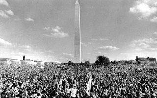 Ένα γιγαντιαίο πλήθος 200 χιλιάδων πολιτών έχει συγκεντρωθεί στο Μνημείο του Ουάσιγκτον, στην αμερικανική πρωτεύουσα, για να διαμαρτυρηθεί για την αμερικανική εμπλοκή στον Πόλεμο του Βιετνάμ, σε μία από τις μαζικότερες και πιο εμβληματικές αντιπολεμικές κινητοποιήσεις της δεκαετίας του '60, το 1969. (AP Photo)