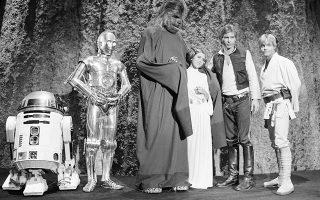 Ένα χρόνο μετά την άκρως επιτυχημένη κυκλοφορία του «Star Wars», της πρώτης ταινίας ενός από τα πιο επιτυχημένα franchise στην ιστορία του παγκόσμιου κινηματογράφου, οι ηθοποιοί του φιλμ συναντιούνται και πάλι στο σετ του «Star Wars Holiday Special», μίας τηλεταινίας που προβλήθηκε από το τηλεοπτικό δίκτυο CBS, το 1978. Παρότι το πρώτο spin-off του θρυλικού φανταστικού σύμπαντος του Star Wars, το «Holiday Special» έμεινε στην ιστορία για τις εξαιρετικά αρνητικές κριτικές που απέσπασε, οι οποίες είχαν ως αποτέλεσμα να περάσει στην αφάνεια, να μην προβληθεί ποτέ ξανά στην τηλεόραση και να μην κυκλοφορήσει ποτέ επισήμως σε VHS ή DVD. Εντούτοις, αυτό εκτόξευσε την «cult» φήμη του στους κύκλους των φανατικών του franchise, οι οποίοι το αναζητούσαν μάταια μέχρι τις αρχές της δεκαετίας του '90, όταν και έκαναν την εμφάνιση τους οι πρώτες πειρατικές κόπιες σε βίντεο, οι οποίες περιείχαν «γραμμένη» την μοναδική τηλεοπτική μετάδοση του από τις 17 Νοεμβρίου του 1978. (AP Photo/George Brich)