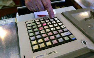 Καταστηματάρχης 'χτυπά ' απόδειξη στην ταμειακή μηχανή του καταστήματος του,  Αθήνα Τρίτη 9 Φεβρουαρίου 2010. Οι καταναλωτές προκειμένου να τύχουν φορολογικής απαλλαγής θα πρέπει να προσκομίσουν καταναλωτικές αποδείξεις κατά την υποβολή της φορολογικής τους δήλωσης. ΑΠΕ-ΜΠΕ/ΑΠΕ-ΜΠΕ/ΟΡΕΣΤΗΣ ΠΑΝΑΓΙΩΤΟΥ