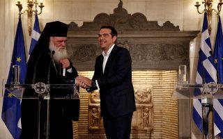 Ο πρωθυπουργός Αλέξης Τσίπρας με τον Αρχιεπίσκοπο Αθηνών Ιερώνυμο κάνουν δηλώσεις μετά το τέλος της συνάντησής τους, την Τρίτη 6 Νοεμβρίου 2018, στο Μέγαρο Μαξίμου. Στο Κοινό Ανακοινωθέν Εκκλησίας-Πολιτείας στο οποίο κατέληξαν ο πρωθυπουργός και ο Αρχιεπίσκοπος Ιερώνυμος και το οποίο διάβασε ο κ. Τσίπρας αναφέρεται ότι «στόχος μας είναι να θέσουμε το πλαίσιο διευθέτησης και επίλυσης ιστορικών εκκρεμοτήτων, αλλά και να ενισχύσουμε την αυτονομία της Ελλαδικής Εκκλησίας έναντι του Ελληνικού Κράτους, αναγνωρίζοντας την προσφορά και τον ιστορικό της ρόλο στη γέννηση και τη διαμόρφωση της ταυτότητάς του». ΑΠΕ-ΜΠΕ/ΑΠΕ-ΜΠΕ/ΑΛΕΞΑΝΔΡΟΣ ΒΛΑΧΟΣ