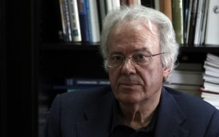 O πρόεδρος του ΕΦΕΤ Ιωάννης Τσιάλτας μιλάει σε συνέντευξη τύπου μετά από την επίσκεψη του αναπληρωτή υπουργού Αγροτικής Ανάπτυξης Βαγγέλη Αποστόλου (δεν εικονίζεται) στα γραφεία του οργανισμού στην Αθήνα, Πέμπτη 11 Ιουνίου 2015. ΑΠΕ-ΜΠΕ/ΑΠΕ-ΜΠΕ/ΑΛΕΞΑΝΔΡΟΣ ΒΛΑΧΟΣ