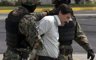 Φωτογραφία αρχείου: Ο Ελ Τσάπο συλαμβάνεται στο Μεξικό το 2014 – μετά από 13 χρόνια φυγάς. Το 2015 το ξαναέσκασε για τελευταία φορά από την φυλακή με θεαματικό τρόπο, μέσω μιας υπόγειας στοάς. Το 2016 συνελήφθη και εκδόθηκε στις ΗΠΑ