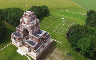 Το Μνημείο του Σομ. Στους τοίχους του είναι αναγεγραμμένα τα ονόματα των 72.194 Βρετανών στρατιωτών που κονιορτοποιήθηκαν από το πυροβολικό στην ομώνυμη μάχη (1916), δεν ανευρέθηκαν ποτέ και δεν είχαν την ευκαιρία μιας συμβατικής ταφής.
